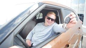 Ευτυχές άτομο με τα κλειδιά από το νέο αυτοκίνητο απόθεμα βίντεο