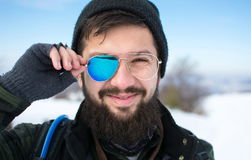 Ευτυχές άτομο με τα σπασμένα γυαλιά ηλίου Στοκ Εικόνες