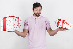 Ευτυχές άτομο με τα δώρα την ειδική ημέρα Στοκ Φωτογραφία