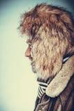 Ευτυχές άτομο με την κατά το ήμισυ ξυρισμένη γενειάδα προσώπου στο καπέλο γουνών Στοκ φωτογραφία με δικαίωμα ελεύθερης χρήσης