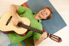 Ευτυχές άτομο με την κιθάρα στοκ φωτογραφία
