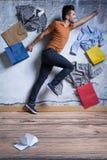 Ευτυχές άτομο με τις τσάντες αγορών Στοκ φωτογραφία με δικαίωμα ελεύθερης χρήσης