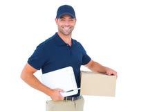 Ευτυχές άτομο παράδοσης με το κουτί από χαρτόνι και την περιοχή αποκομμάτων Στοκ εικόνα με δικαίωμα ελεύθερης χρήσης