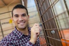 Ευτυχές άτομο πορτρέτου εισάγοντας το νέο σπίτι Στοκ Φωτογραφία