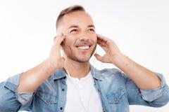 Ευτυχές άτομο που απολαμβάνει τη μουσική στα ακουστικά Στοκ φωτογραφία με δικαίωμα ελεύθερης χρήσης