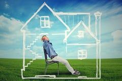 Ευτυχές άτομο που απολαμβάνει την ημέρα του σε ένα νέο σπίτι στοκ εικόνα με δικαίωμα ελεύθερης χρήσης