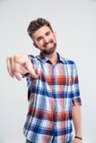 Ευτυχές άτομο που δείχνει το δάχτυλο στη κάμερα Στοκ εικόνα με δικαίωμα ελεύθερης χρήσης