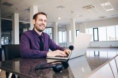 Ευτυχές άτομο που εργάζεται ως χειριστής στο κέντρο του αριθμού Στοκ εικόνες με δικαίωμα ελεύθερης χρήσης
