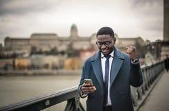 Ευτυχές άτομο που ελέγχει το τηλέφωνό του Στοκ Φωτογραφία