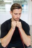 Ευτυχές άτομο που κάνει τις τεντώνοντας ασκήσεις σε μια λέσχη υγείας Στοκ Εικόνα