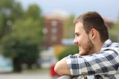 Ευτυχές άτομο που κοιτάζει μακριά σε ένα μπαλκόνι Στοκ φωτογραφία με δικαίωμα ελεύθερης χρήσης