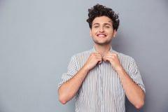 Ευτυχές άτομο που κουμπώνει το πουκάμισο Στοκ φωτογραφία με δικαίωμα ελεύθερης χρήσης