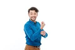 Ευτυχές άτομο που κουμπώνει το πουκάμισο Στοκ εικόνες με δικαίωμα ελεύθερης χρήσης