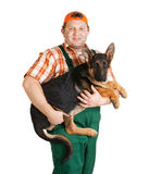 Ευτυχές άτομο που κρατά ένα κουτάβι ποιμένων Στοκ εικόνες με δικαίωμα ελεύθερης χρήσης