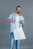 Ευτυχές άτομο που κρατά μια κενή τσάντα αγορών Στοκ εικόνα με δικαίωμα ελεύθερης χρήσης