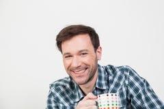 Ευτυχές άτομο που κρατά μια φλιτζανιά Στοκ εικόνες με δικαίωμα ελεύθερης χρήσης