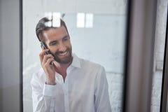 Ευτυχές άτομο που μιλά στο τηλέφωνο στοκ φωτογραφίες με δικαίωμα ελεύθερης χρήσης