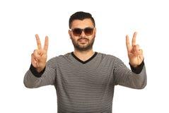 Ευτυχές άτομο που παρουσιάζει χέρια νίκης στοκ εικόνες