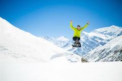 Ευτυχές άτομο που πηδά στα χειμερινά βουνά Στοκ φωτογραφία με δικαίωμα ελεύθερης χρήσης