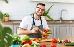 Ευτυχές άτομο που προετοιμάζει τη φυτική σαλάτα στην κουζίνα Στοκ φωτογραφίες με δικαίωμα ελεύθερης χρήσης