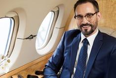 Ευτυχές άτομο που ταξιδεύει με το σύγχρονο επιβατηγό αεροσκάφος Στοκ Εικόνες