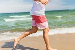 Ευτυχές άτομο που τρέχει κατά μήκος της θερινής παραλίας Στοκ φωτογραφία με δικαίωμα ελεύθερης χρήσης