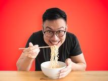 Ευτυχές άτομο που τρώει τα στιγμιαία νουντλς στοκ εικόνες με δικαίωμα ελεύθερης χρήσης