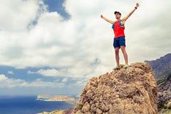 Ευτυχές άτομο που φθάνει στην έμπνευση επιτυχίας στόχου ζωής Στοκ Εικόνα