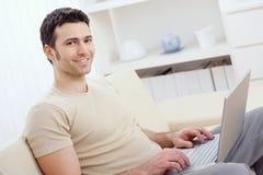 Ευτυχές άτομο που χρησιμοποιεί τον υπολογιστή Στοκ εικόνα με δικαίωμα ελεύθερης χρήσης