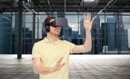 Ευτυχές άτομο στην κάσκα εικονικής πραγματικότητας ή τα τρισδιάστατα γυαλιά Στοκ Φωτογραφία