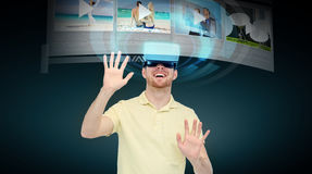 Ευτυχές άτομο στην κάσκα εικονικής πραγματικότητας ή τα τρισδιάστατα γυαλιά Στοκ εικόνα με δικαίωμα ελεύθερης χρήσης
