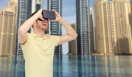 Ευτυχές άτομο στην κάσκα εικονικής πραγματικότητας ή τα τρισδιάστατα γυαλιά Στοκ Εικόνες
