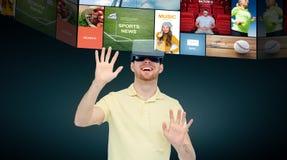 Ευτυχές άτομο στην κάσκα εικονικής πραγματικότητας ή τα τρισδιάστατα γυαλιά διανυσματική απεικόνιση