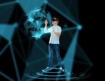 Ευτυχές άτομο στην κάσκα εικονικής πραγματικότητας ή τα τρισδιάστατα γυαλιά Στοκ φωτογραφίες με δικαίωμα ελεύθερης χρήσης
