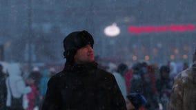 Ευτυχές άτομο στην πόλη πάγου κατά τη διάρκεια των χιονοπτώσεων απόθεμα βίντεο