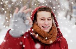 Ευτυχές άτομο στο χειμερινό σακάκι που παρουσιάζει εντάξει σημάδι χεριών Στοκ Φωτογραφία