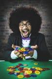 Ευτυχές άτομο Afro που κερδίζει ένα παιχνίδι Στοκ Εικόνα