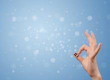 Ευτυχές δάχτυλο smileys με το κενό μπλε υπόβαθρο bokeh Στοκ Φωτογραφίες