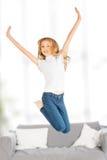 Ευτυχές άλμα κοριτσιών παιδιών Στοκ φωτογραφία με δικαίωμα ελεύθερης χρήσης