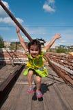 ευτυχές άλμα κοριτσιών Στοκ Φωτογραφίες