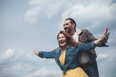 Ευτυχές αγαπώντας ζεύγος που αισθάνεται την ελευθερία στη φύση Στοκ φωτογραφία με δικαίωμα ελεύθερης χρήσης