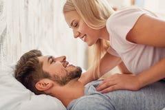 Ευτυχές αγαπώντας ζεύγος που βρίσκεται στο κρεβάτι Στοκ Φωτογραφίες