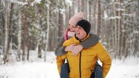 Ευτυχές αγαπώντας ζεύγος που περπατά στο χιονώδες χειμερινό δάσος, διακοπές Χριστουγέννων εξόδων από κοινού Υπαίθριες εποχιακές δ απόθεμα βίντεο