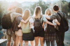 Ευτυχές αγκάλιασμα νέων που εξετάζει την άποψη πόλεων στοκ εικόνες με δικαίωμα ελεύθερης χρήσης