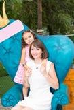 Ευτυχές αγκάλιασμα κοριτσιών mom και παιδιών Η έννοια της παιδικής ηλικίας και της οικογένειας Όμορφη μητέρα και το μωρό της Στοκ Φωτογραφία