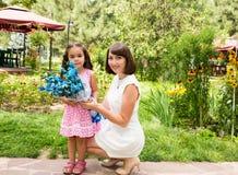 Ευτυχές αγκάλιασμα κοριτσιών mom και παιδιών Η έννοια της παιδικής ηλικίας και της οικογένειας Όμορφη μητέρα και το μωρό της υπαί Στοκ Φωτογραφίες