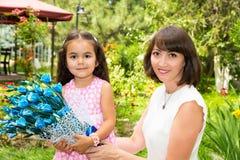 Ευτυχές αγκάλιασμα κοριτσιών mom και παιδιών Η έννοια της παιδικής ηλικίας και της οικογένειας Όμορφη μητέρα και το μωρό της υπαί Στοκ φωτογραφία με δικαίωμα ελεύθερης χρήσης