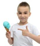 Ευτυχές αγοράκι που κρατά το μπλε dondurma παγωτού στον κώνο βαφλών Στοκ Εικόνες
