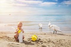 Ευτυχές αγοράκι playng στην άμμο με την κίτρινη σέσουλα το καλοκαίρι DA Στοκ Φωτογραφία