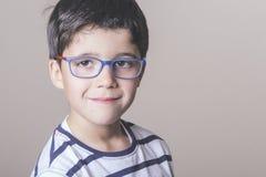 Ευτυχές αγόρι με τα γυαλιά Στοκ εικόνα με δικαίωμα ελεύθερης χρήσης